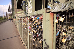 Tausende Schlössel hängen an einer Kölner Rhein-Brücke