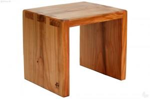 Aus Kirschbaumholz wird dieser hochwertige Hocker gefertigt.