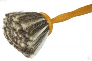 Aus feinstem Ziegenhaar ist dieser Staubpuschel gefertigt.