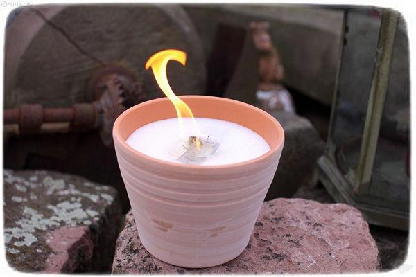 Erstmal anzünden wie eine normale Kerze.