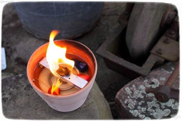 Schließlich kann man Kerzenstummel hineinlegen.