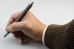 Der Stift aus echem Baustahl liegt angenehm schwer in der Hand.
