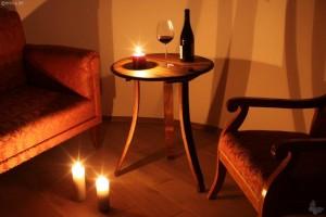 Ein Tisch aus dem Deckel eines Fasse, Dauben sind als Tischbeine verarbeitet.
